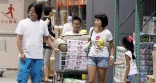 袁惟仁(左)2012年被拍到带陆元琪(右二)及一对儿女购物。