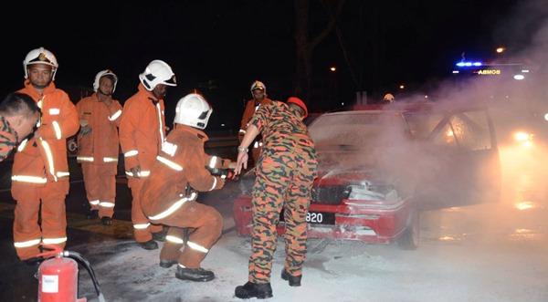 瞬间赶抵现场的消防员马上进行灭火工作