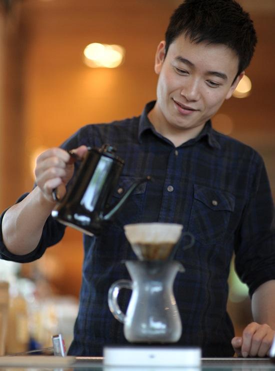 Raven表示﹐咖啡有很多细致的风味变化,而咖啡师对呈现精品咖啡桌越风味的坚持与精神﹐则赋予了咖啡粉更鲜活的味道。(许志辉摄)