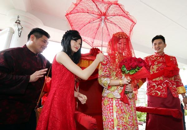 郑仲强及陈欣琴缔结良缘,以华族传统方式来进行婚礼。