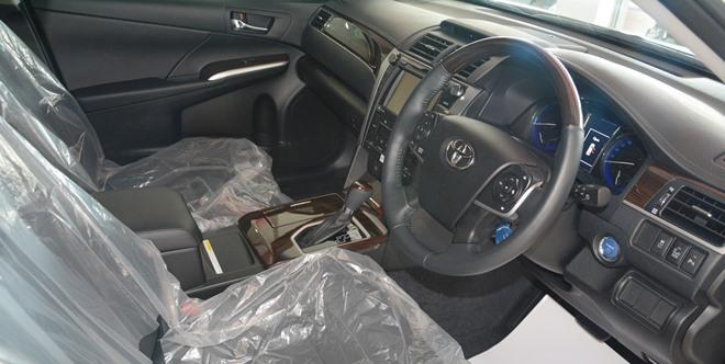 新的Toyota Camry Hybrid ,内部更有豪华感,并拥有手机无线充电设备。